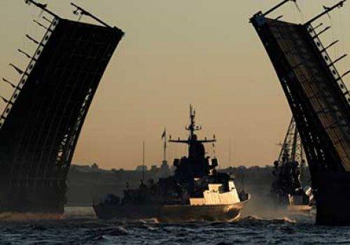Ночью по Неве прошли 20 боевых кораблей и катеров