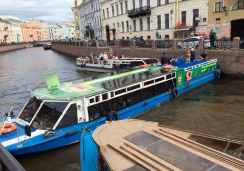 На Мойке теплоход перекрыл движение по реке